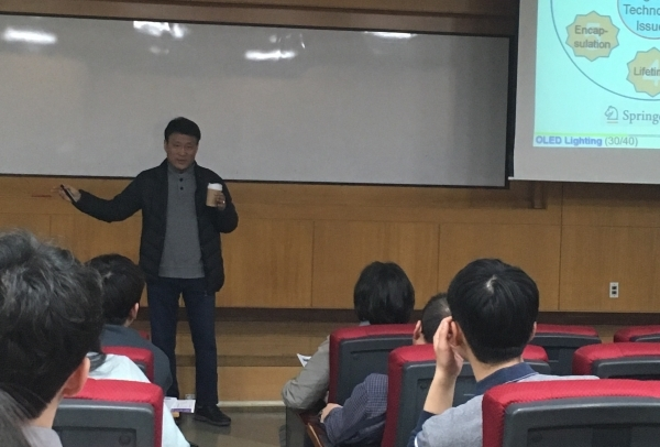Ju Byeong-Kwon, Director of the Future Display Business, is giving a lecture at the 'OLED Lighting School' held at Korea University, Seoul.