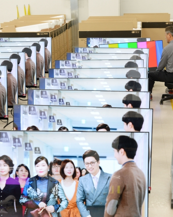At LG Electronics' Reliability Test Lab at A3 factory in Gumi City, Gyeongbuk Province, LG Electronics employees are unwrapping OLED TVs for quality testing.
