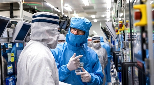 Apple CEO Tim Cook (right) visits the facilities of Chinese supplier OFILM.