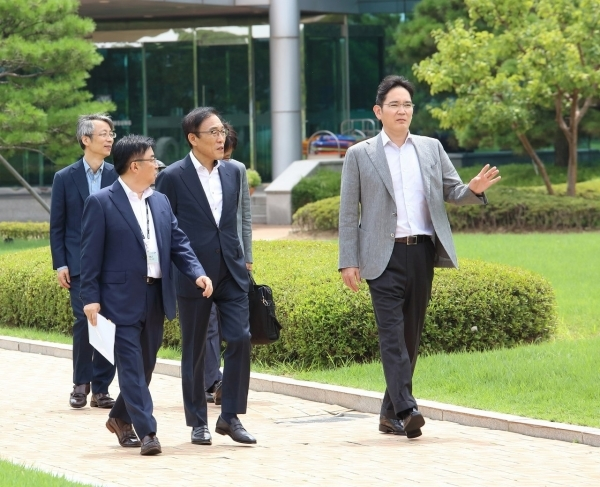 Samsung Electronics Vice Chairman Lee Jae-yong (right) takes a tour of the Onyang Campus facilities with key executives on Aug. 6.