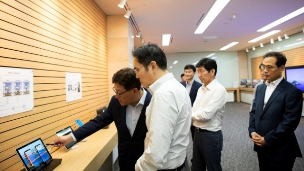 Samsung Electronics Vice Chairman Lee Jae-yong (second from left) examines facilities.