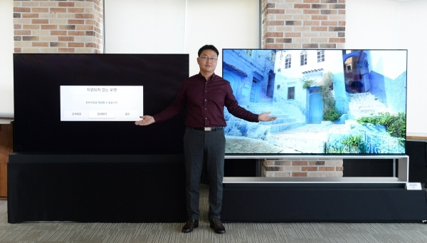 LGE's TV software platform development executive Lee Gang-won is comparing LG and Samsung TVs.