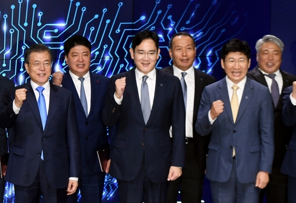 President Moon Jae-in (far left) poses with Samsung Electronics' Vice Chairman Lee Jae-yong (third from left) and other industry watchers and government officials.