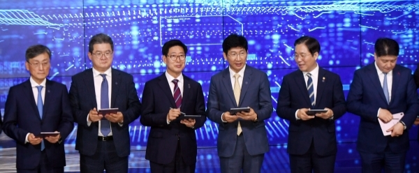 Samsung Display CEO Lee Dong-hoon (third from right) poses at the MOU signing ceremony at the display maker's Asan 2 Campus in South Chungcheong Province.