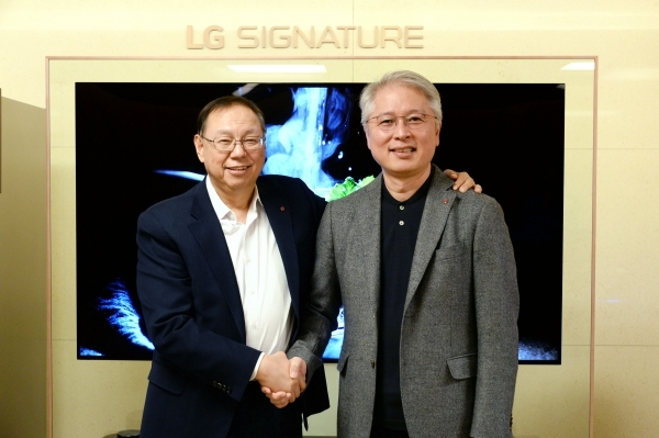 LG Electronics outgoing CEO Cho Sung-jin (left) with his predecessor Kwon Bong-suk.