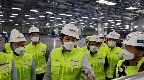 Samsung Electronics vice chairman, JY Lee, center, inspects the company's memory plant in Xi'an, China. Image: Samsung Electronics