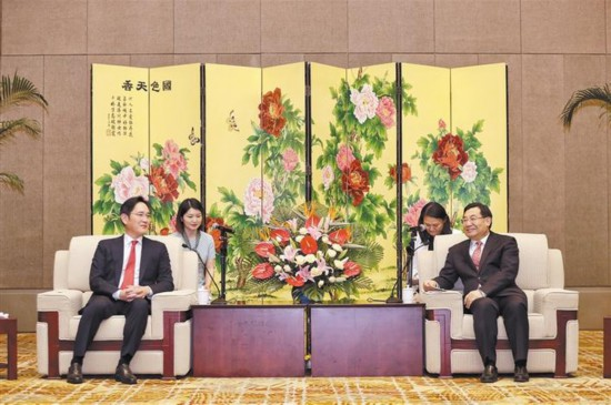 Samsung Electronics vice chairman Lee Jae-yong, left, met with Hu Heping, Communist Party Secretary of Shaanxi Province. Image: People's Daily
