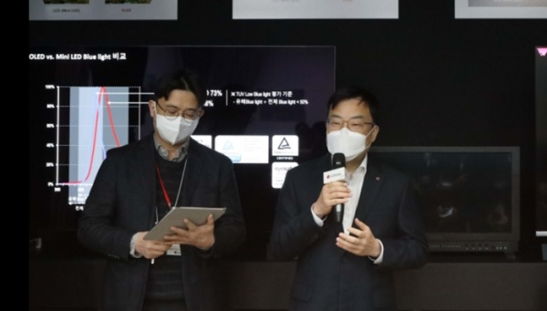 LG Display CTO Yoon Soo-young, right. Image: TheElec